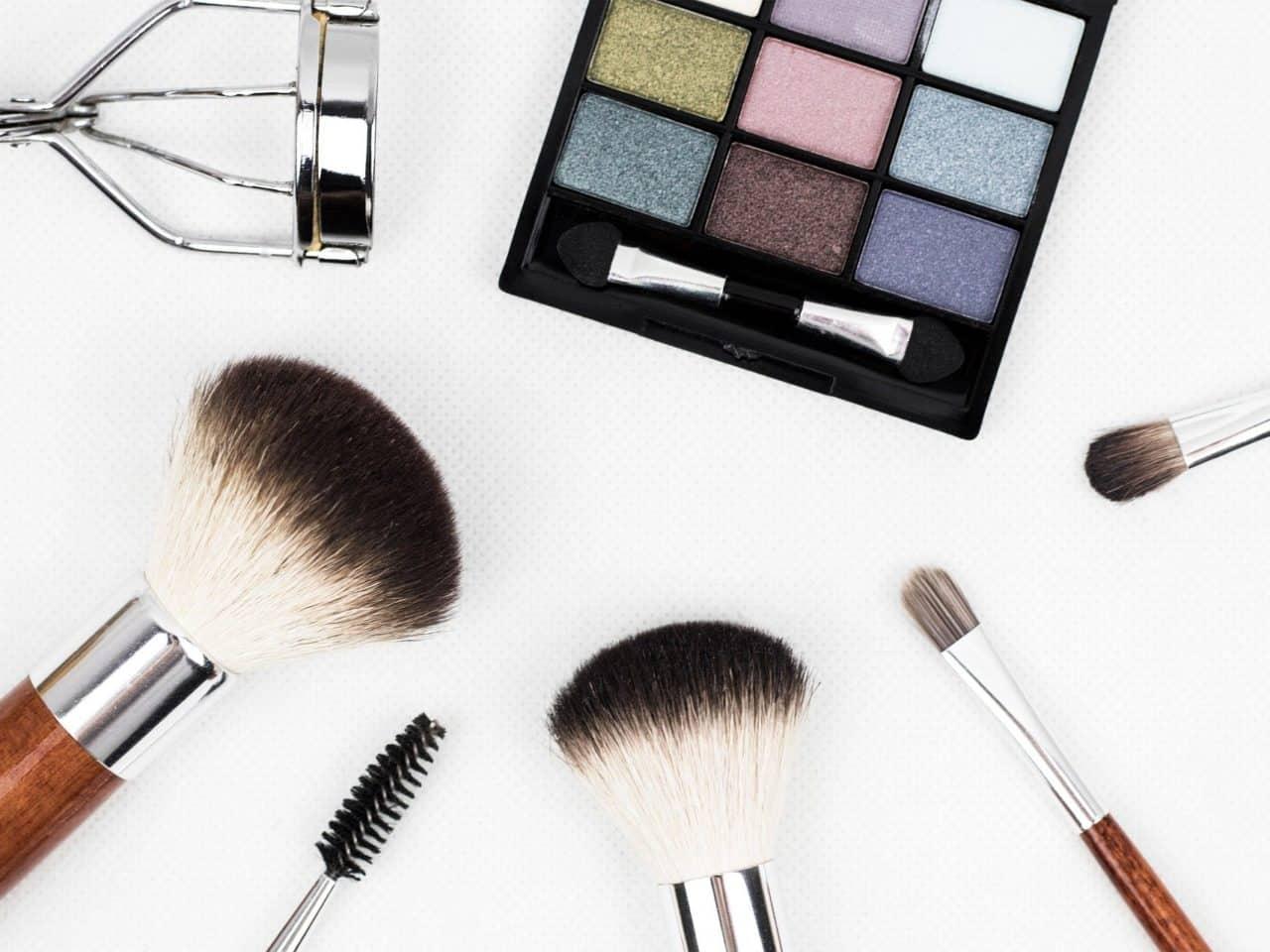 https://pr-helden.de/wp-content/uploads/2021/04/makeup-brushes-1761648_1920-1280x960.jpg